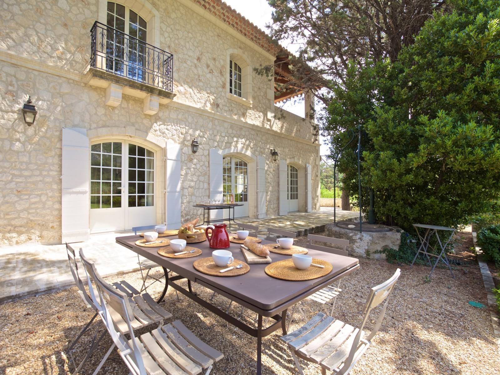 Saint Rémy De Provence Luxury Rental Villa Molduvite Outdoor Table
