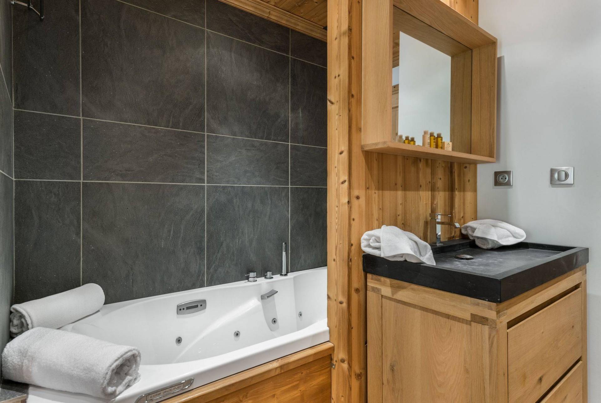 Val d'Isère Luxury Rental Appartment Burton Bathroom 2