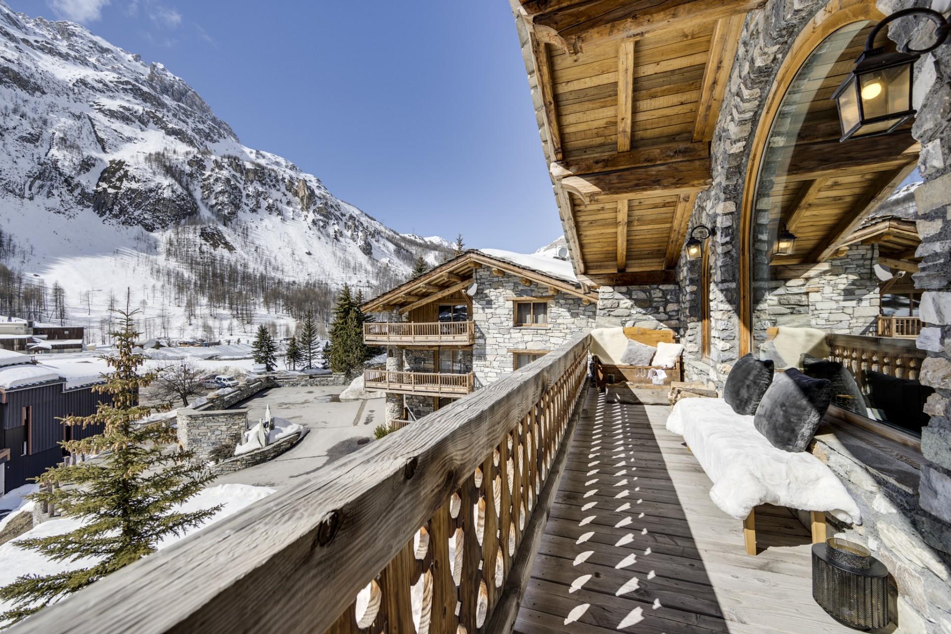 Val D'Isère Location Chalet Luxe Vonsanite Balcon Séjour 2