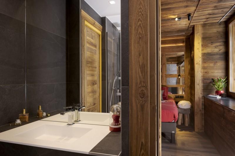 Les Deux Alpes Luxury Rental Chalet Cervantute Ensuite Bedroom